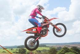 Maiara Basso decola em um salto durante treino de sábado